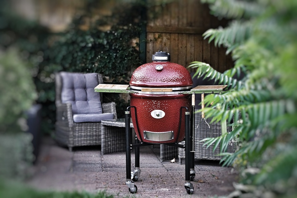 Grill-Keramikgrill-Monolith-Classic-in-der-Garten-Lounge